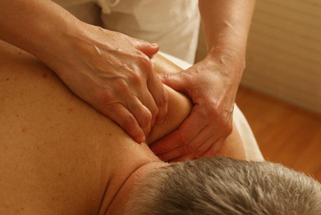 Ruky, masáž ramena, ležiaci muž.jpg