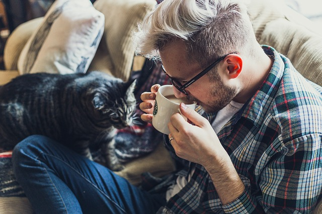Muž pije kávu.jpg