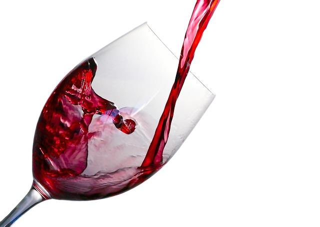 víno tečúce do pohára