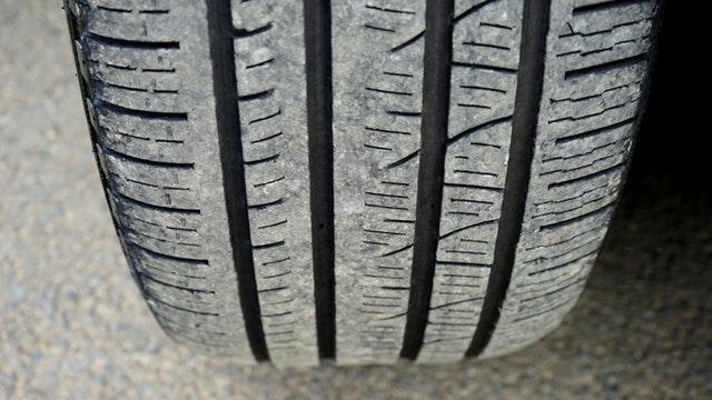 Detail na zošúchanú pneumatiku