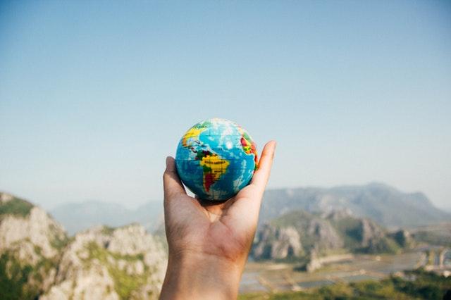 Človek drží v dlani model planéty