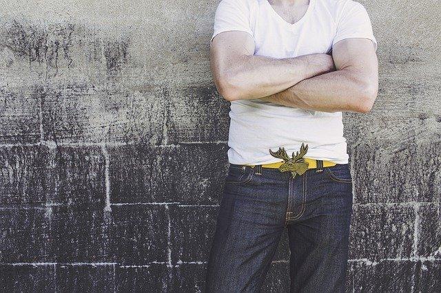 Mužská postava v bielom tričku a rifliach.jpg