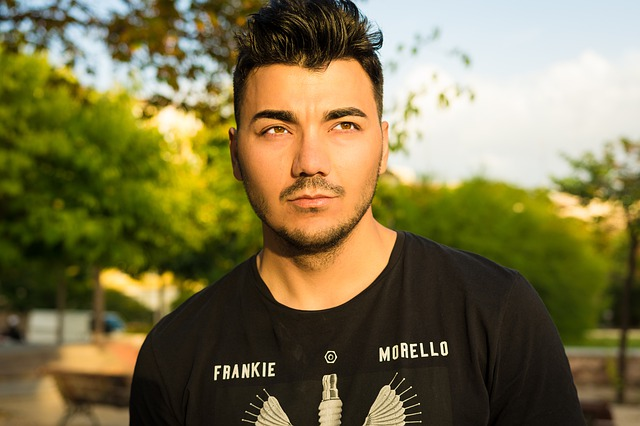 Mladá muž v čiernom tričku, model.jpg